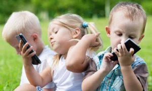منفی موبایل بر کودکان 300x180 - بچهها از چه سنی میتوانند موبایل داشته باشند؟