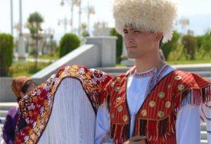 دوزی ترکمن2 300x205 - سوزندوزی؛ هنری از میان نقوش هندسی تا نغمههای ترکمن