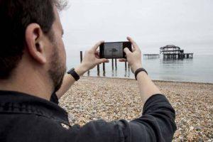 با موبایل 300x200 - 10 اشتباه رایج در عکاسی با موبایل + راه حل