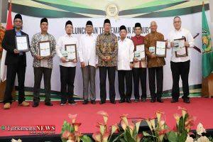 قرآنی اندونزی 300x200 - اهدای نشان خادمی قرآن به فعالان قرآنی اندونزی