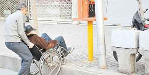 شهری - مناسب نبودن مبلمان شهری گنبدکاووس برای تردد سالمندان و معلولان