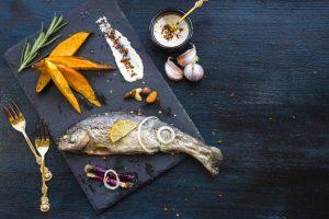 با ماهی 300x200 - ماهی را با ماست و دوغ بخوریم یا نخوریم؟