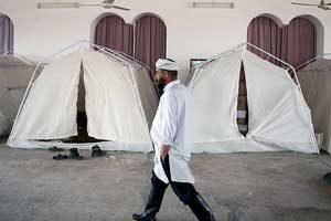 سیل زدگان گلستان 300x200 - تا پایان آذر خانه های افراد مستقر در چادر به آنها تحویل داده می شود