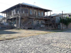 دفه 1 300x225 - تجلی معماری قاجار در کوموش دفه/زندگی ترکمنها در دالان تاریخ جریان دارد