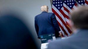 "61810541 300x169 - نیمی از آمریکاییها ترامپ را یک رئیس جمهور ""مردود"" میبینند"