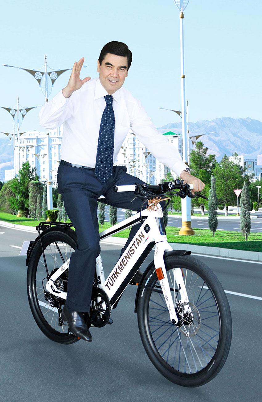 وقتی رئیس جمهور ترکمن ها با دوچرخه به کابینه میرود +عکس