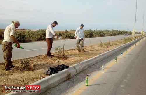 bandar 10sh - شهروند باحوصله فضای سبز بندرترکمن را با بطری آبیاری می کند