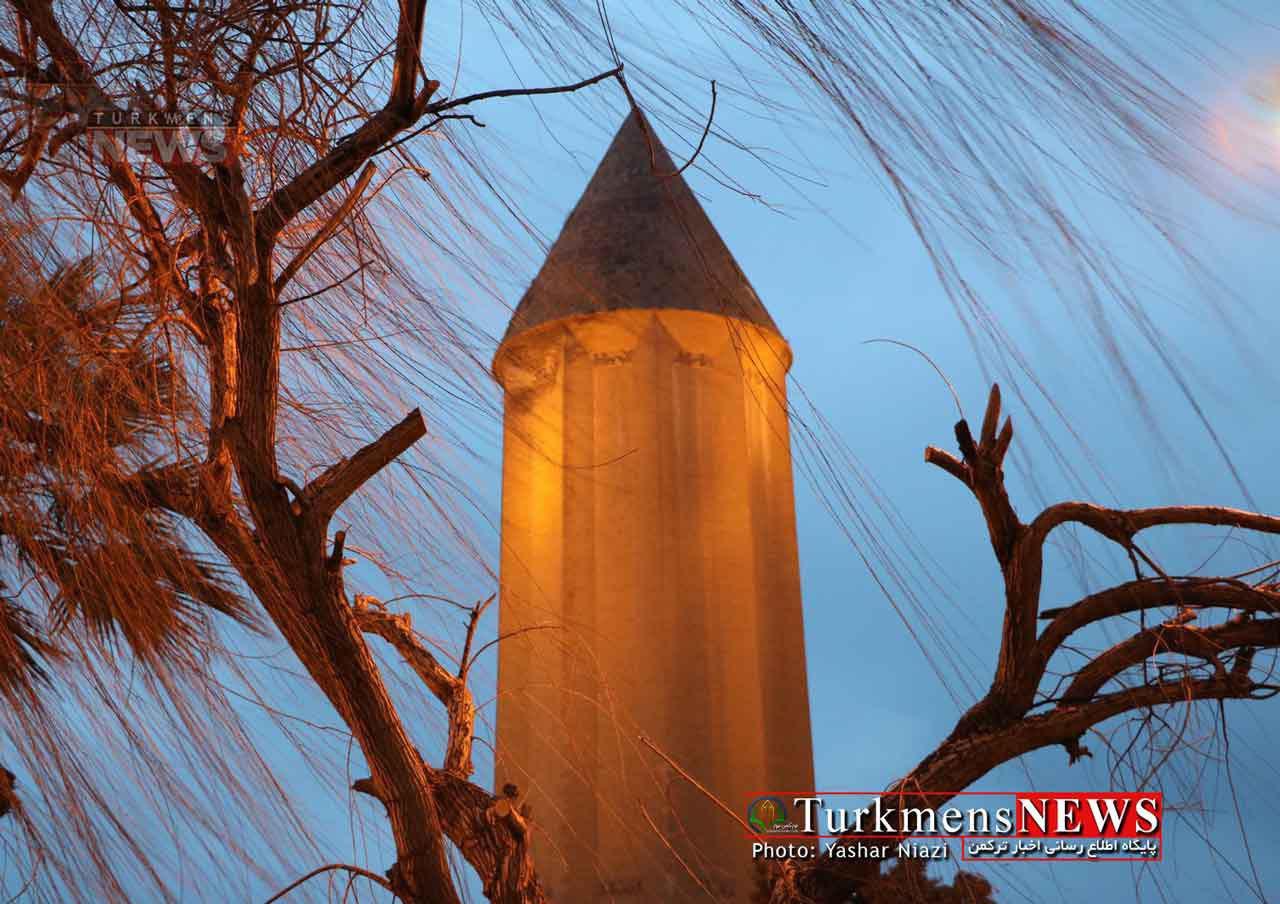 برج قابوس روی آب بنا شده/ برج را سوسکها، فضله پرندگان و درختچهها محاصره کردهاند
