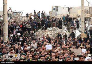 rahbar2 29a 300x209 - حضور رهبر انقلاب در بین مردم زلزلهزده کرمانشاه + عکس