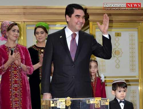 turkmenistan president gurbanguly berdimuhamedov center greets journalists after casting his ballot  970355  - کنوانسیون خزر و برونگرایی در سیاست خارجی ترکمنستان